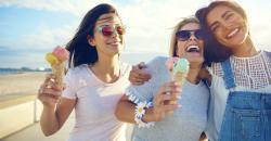 Junge Leute beim Eis essen im Sommer