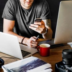 Mann mit Smartphone prüft sein Smart Home. Mit Smart Home Produkten von TFA sind Sie immer bestens informiert über das aktuelle Wetter und ob Temperatur und Luftfeuchtigkeit in Ihren Räumen optimal ist.