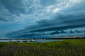 Dunkle Wolken kündigen wechselhaftes Wetter an