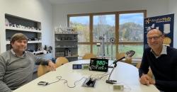 Wolfgang Brauer vom Radiosender SWR interviewt Axel Dostmann zum Thema CO2-Messgeräte im Musterzimmer der TFA Dostmann GmbH & Co. KG