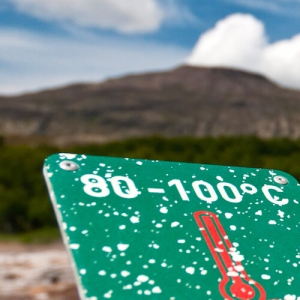 Heiße Geysire in Island Temperatur messen