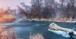 Vereister See im Winter