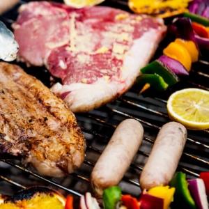 Fleisch und Bratwürste auf dem Grill mit Gemüsespieß und Zitrone. Tipss zum Grillen und Braten in der TFA Themenwelt