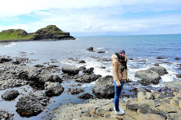 Hannah an der irischen Küste, fotografiert von Hannah während ihres Auslandspraktikums