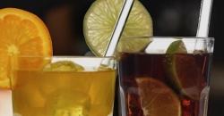 ein Glas mit Limonade und eines mit Cola gefüllt, dekoriert mit Orangen- und Limettenscheiben und je einem Trinkhalm aus Glas GlasWerk