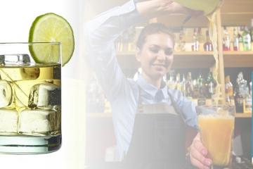 Abbildung von gefülltem Glas mit Eiswürfeln und Trinkhalm aus Glas GlasWerk von TFA Dostmann. Logo von GlasWerk und Bartenderin, die einen Orangensaft einfüllt.