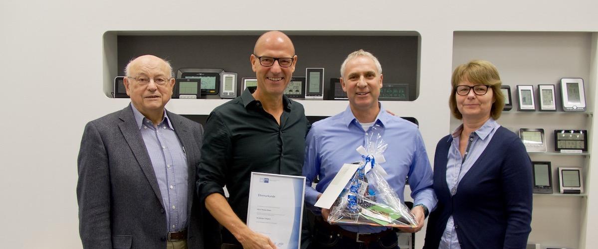 Das Bild zeigt v. l. Heinz Dostman, Axel Dostmann, Thomas Dinkel, Marliese Ückert. Es ist das Beitragsbild anlässlich des 40 jährigen Jubiläums von Thomas Dinkel bei TFA Dostmann.