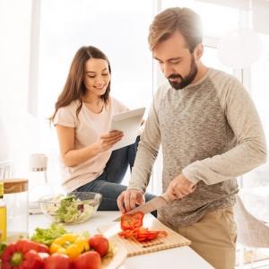 Glückliches Paar in der Küche beim Kochen mit Produkten von TFA macht Kochen Spaß!