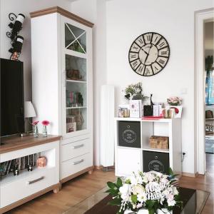 Die große Wanduhr Vintage von TFA Dostmann passt in das Wohnzimmer im Landhausstil von Paulis Welt. Das Bild ist eine Aufnahme aus dem Wohnzimmer. Die Influencerin Paulis Welt berichtet auf Instagram über die Uhr.