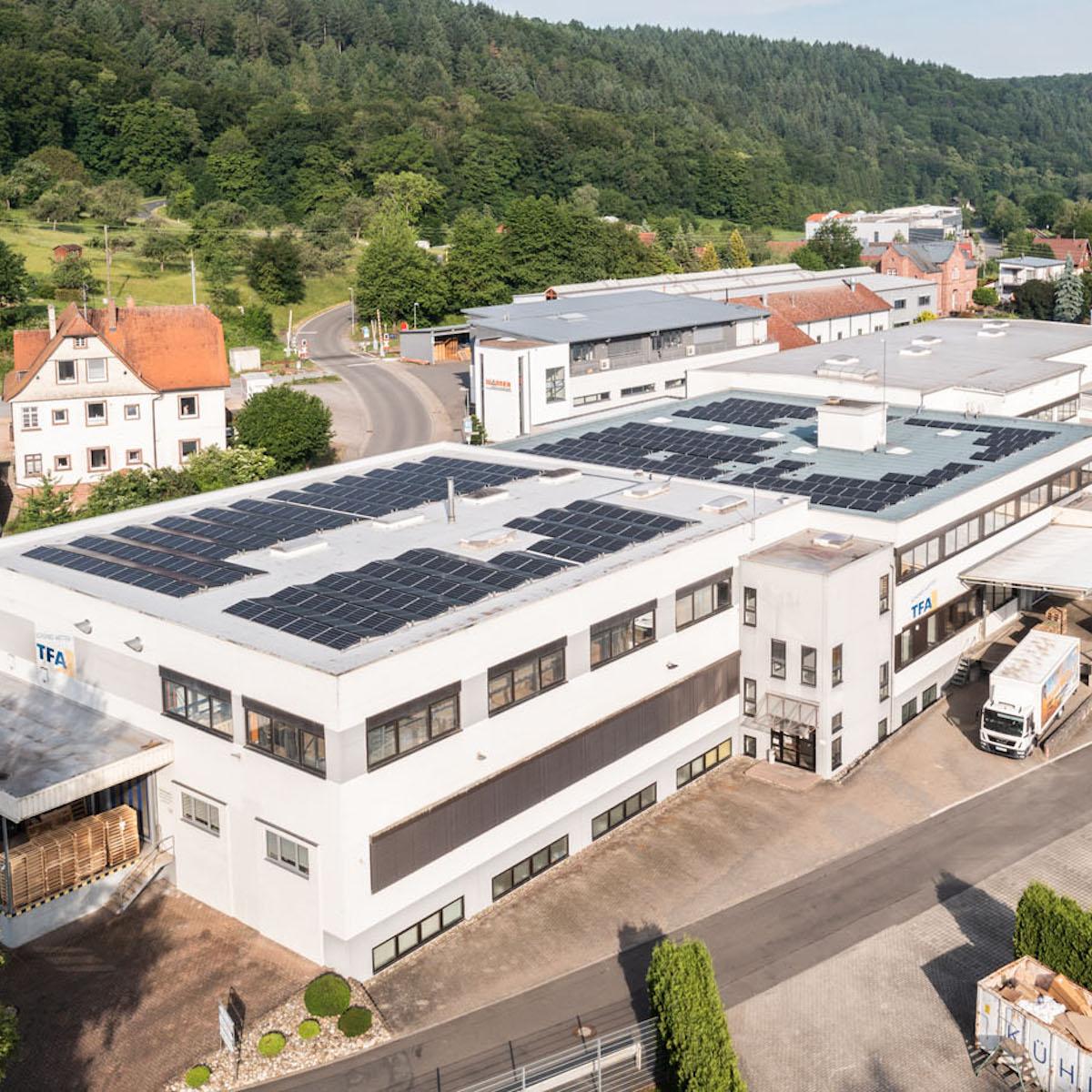 Photovoltaik-Anlage von TFA aufgenommen mit einer Drohne.