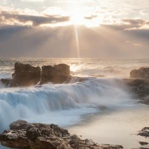 Stürmischer und eisiger Morgen am Meer. Kategoriebild für Produkte rund um Wetter und Raumklima von TFA Dostmann.
