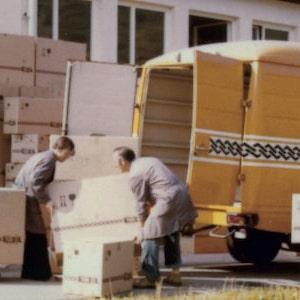 Historisches Bild von TFA Mitarbeiter beim Beladen eines Busses