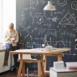 Ein Schüler sitzt vor einer Tafel, die mit verschiedenen Formeln beschriftet ist. Maßeinheiten umrechnen mit dem kostenlosen TFA Umrechner