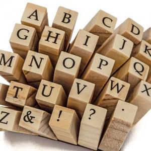 Holzblöcke mit Buchstaben als Bild für das TFA Wiki