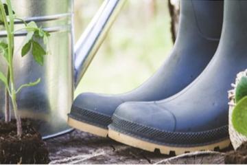Utensilien für Gartenpflege und Wecker mit Info zur Zeitumstellung. Tipps von TFA