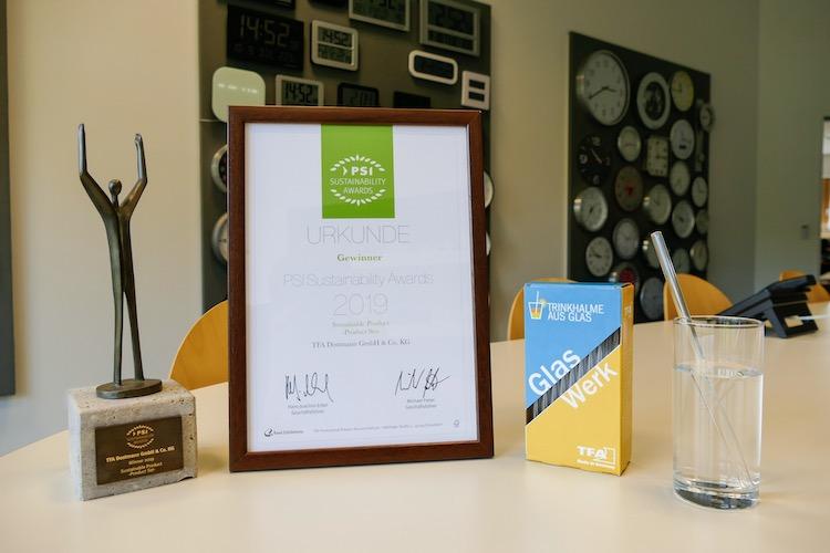 Der PSI Sustainability Award und die Urkunde für die GlasWerk Trinkhalme aus Glas. TFA Dostmann freut sich darüber