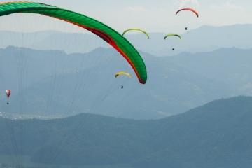Wind ist wichtig für unser Wetter und wird gerne auch sportlich genutzt wie beim Gleitschirmfliegen. Die zahlreichen Paraglider schweben wie schwerelos über einer schönen Landschaft. Zum Glück fliegen sie nicht in der Höhe des Jetstreams, der das Wetter beeinflusst.