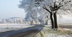 Winterliche Landstraße in Deutschland zeigt den Wettertrend für die kommende Woche von TFA Dostmann